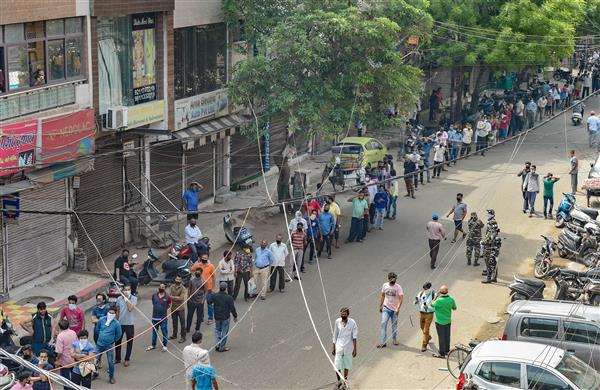 Competition to buy liquor before the lockdown starts in Delhi